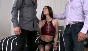 Arwen Gold double penetrated in hardcore threesome session