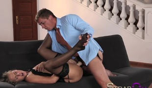 blonde romantisk strapon innsetting