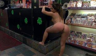 brunette hardcore latina offentlig
