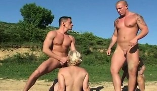 blonde utendørs blowjob gruppesex